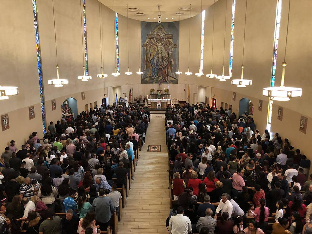 """""""La paz sea contigo"""", momento en la misa en español, domingo 14 octubre de 2018 en Santa Ana, por los nuevos santos de la iglesia católica. Foto Valdemar González / El Tiempo - Contribuidor."""