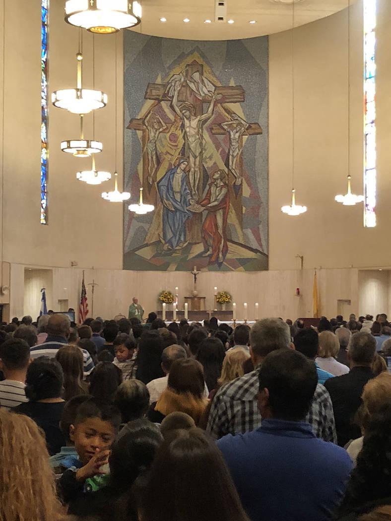 La comunidad salvadoreña y centromericana reunida en la parroquia Santa Ana, 14 octubre de 2018. Foto Valdemar González / El Tiempo - Contribuidor.