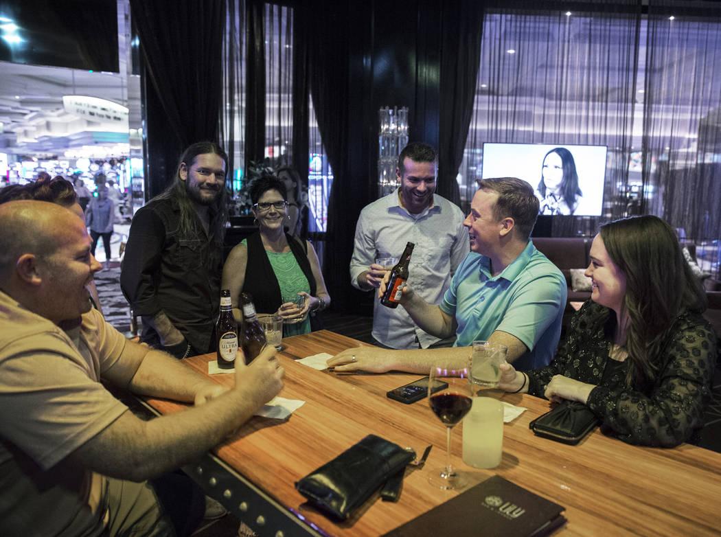 Los clientes disfrutan de una bebida en el Lily Bar el martes 2 de octubre de 2018, en Bellagio, en Las Vegas. Benjamin Hager Las Vegas Review-Journal @benjaminhphoto