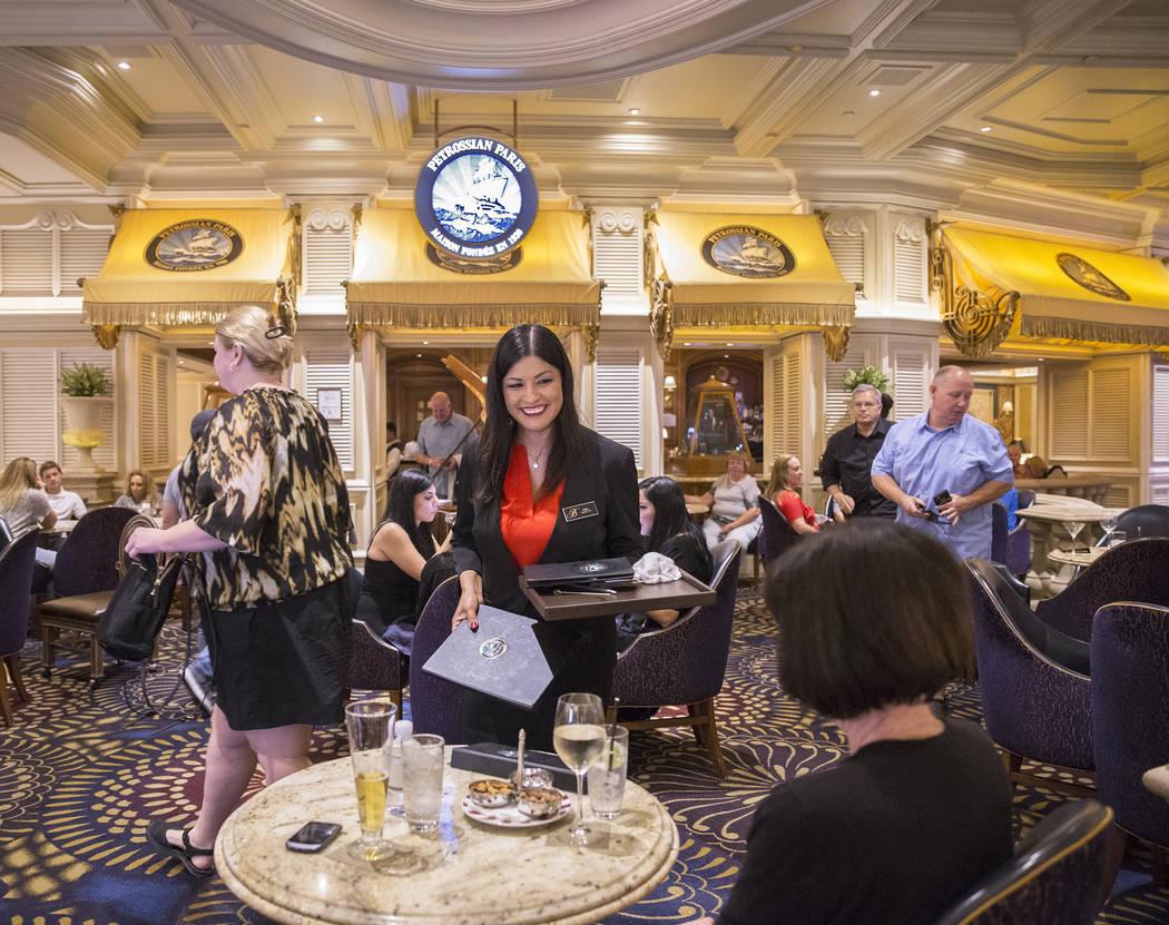 Los clientes almuerzan en Petrossian Bar el martes 2 de octubre de 2018, en Las Vegas. Benjamin Hager Las Vegas Review-Journal @benjaminhphoto