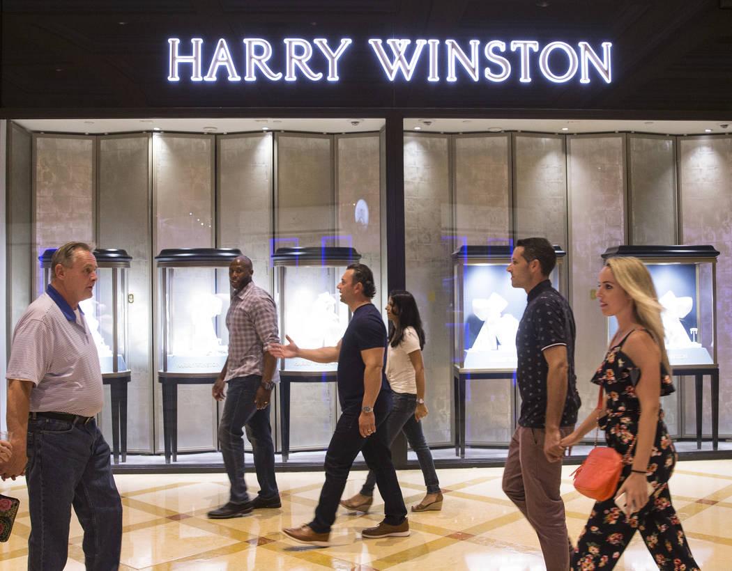 Los compradores pasan por Harry Winston el martes 2 de octubre de 2018, en Bellagio, en Las Vegas. Benjamin Hager Las Vegas Review-Journal @benjaminhphoto