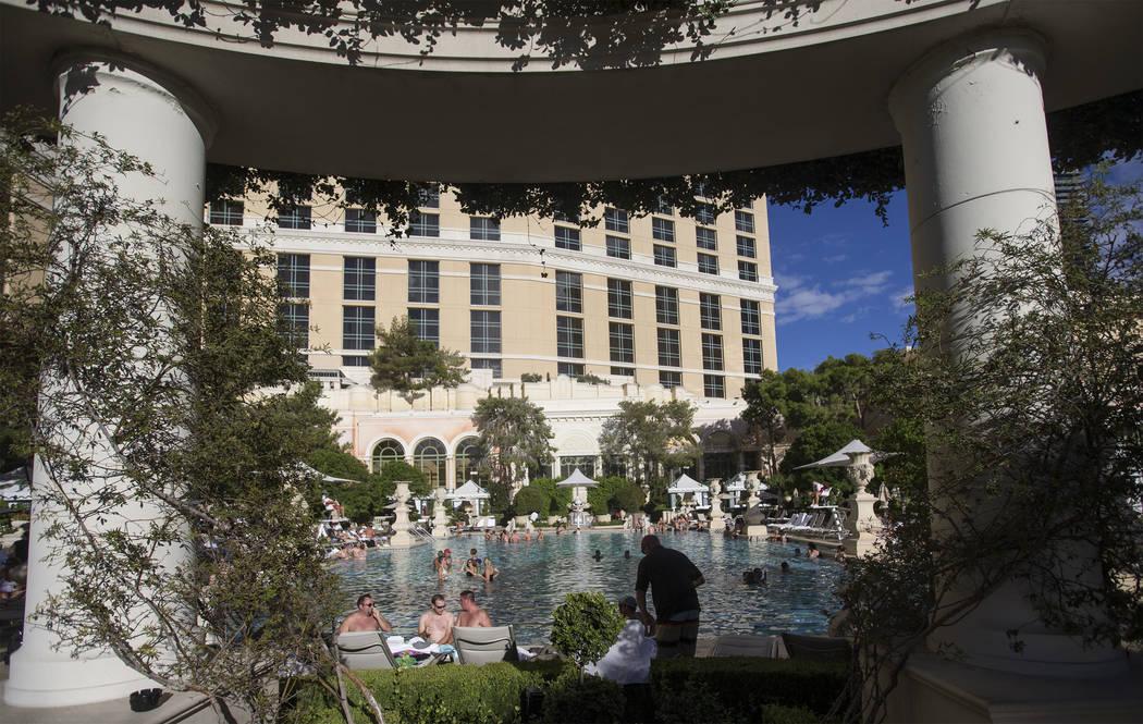 La gente disfruta de la piscina en Bellagio el martes 2 de octubre de 2018, en Bellagio, en Las Vegas. Benjamin Hager Las Vegas Review-Journal @benjaminhphoto