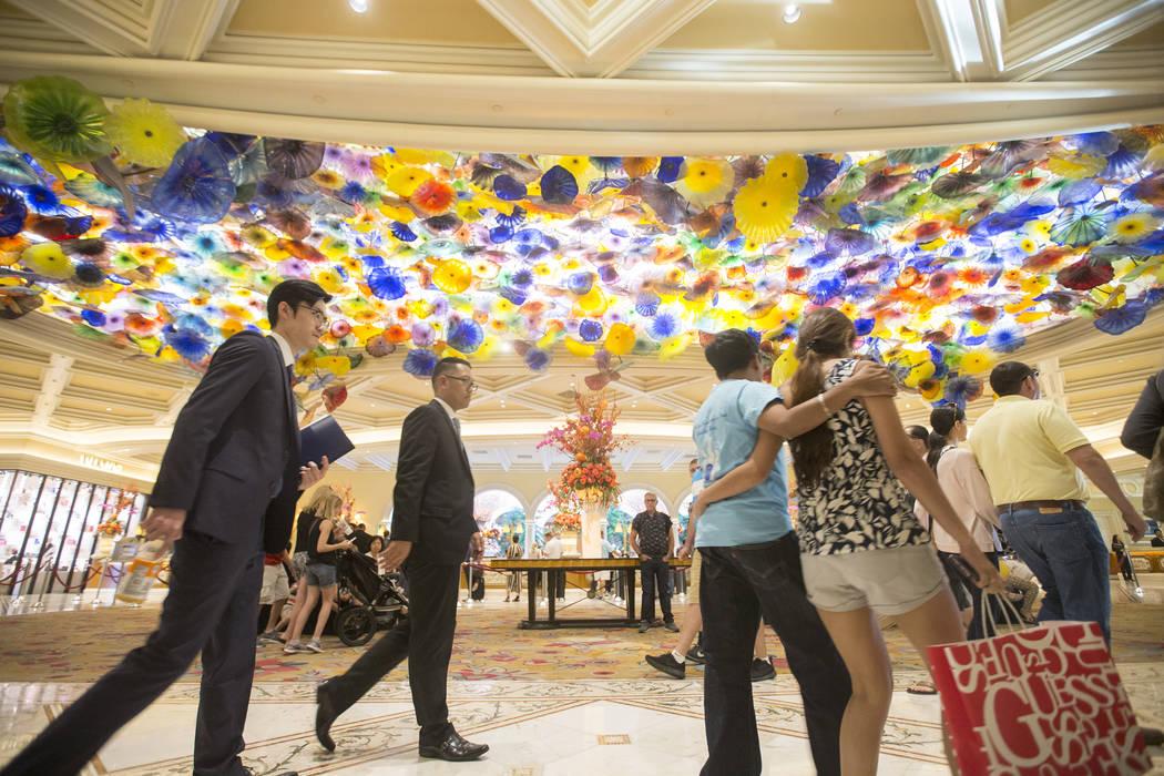 Los clientes pasan por la escultura de vidrio de Chihuly Fiori de Como en el vestíbulo de Bellagio el martes 2 de octubre de 2018, en Las Vegas. Benjamin Hager Las Vegas Review-Journal @benjaminh ...