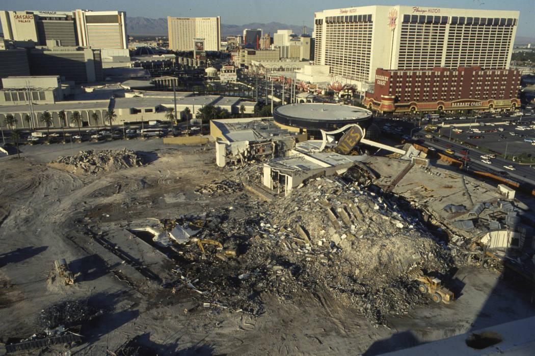 Trabajadores limpiando y retirando escombros después de la demolición de la torre norte de 23 pisos del Hotel Dunes. (Foto de archivo RJ)