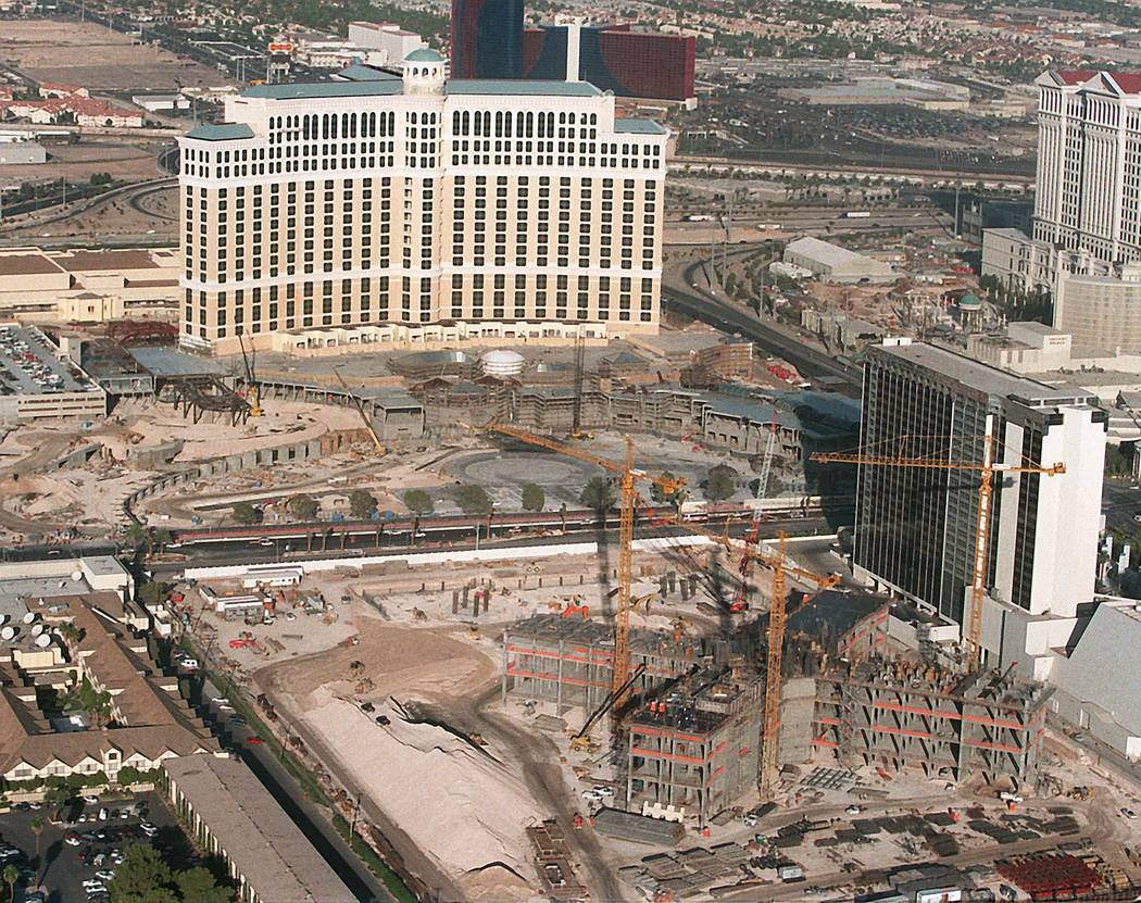 Bellagio y la construcción de Paris Las Vegas en 1997. (Las Vegas Review-Journal)