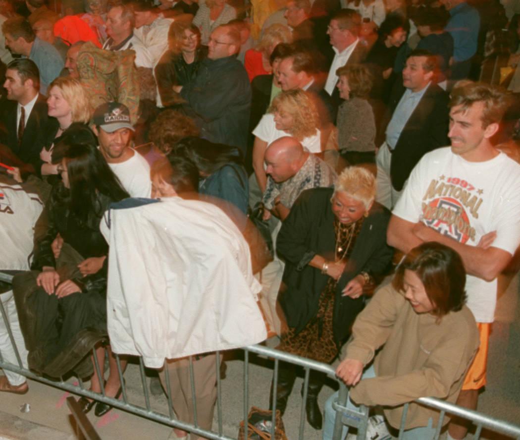 Los espectadores se esconden cuando la niebla del viento los golpea durante los eventos previos a la apertura en Bellagio en 1998. (Las Vegas Review-Journal)