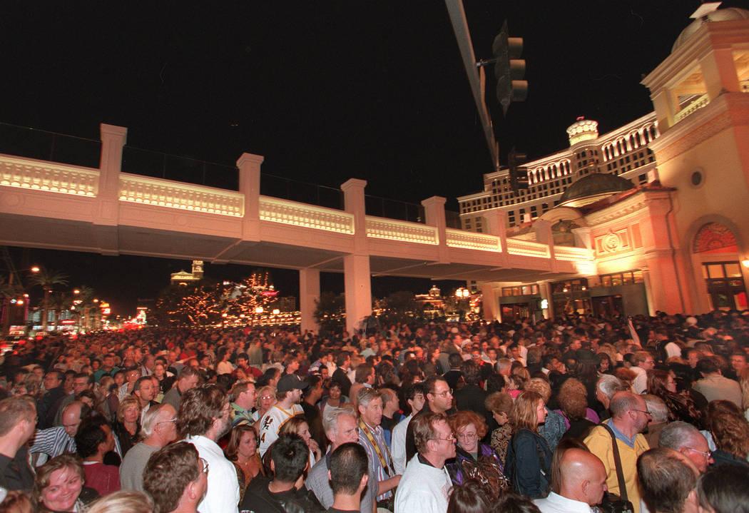 Miles de personas hacen fila esperando para ingresar al Bellagio, que se inauguró el jueves 15 de octubre de 1998 en la noche del jueves por la noche. (Las Vegas Review-Journal)
