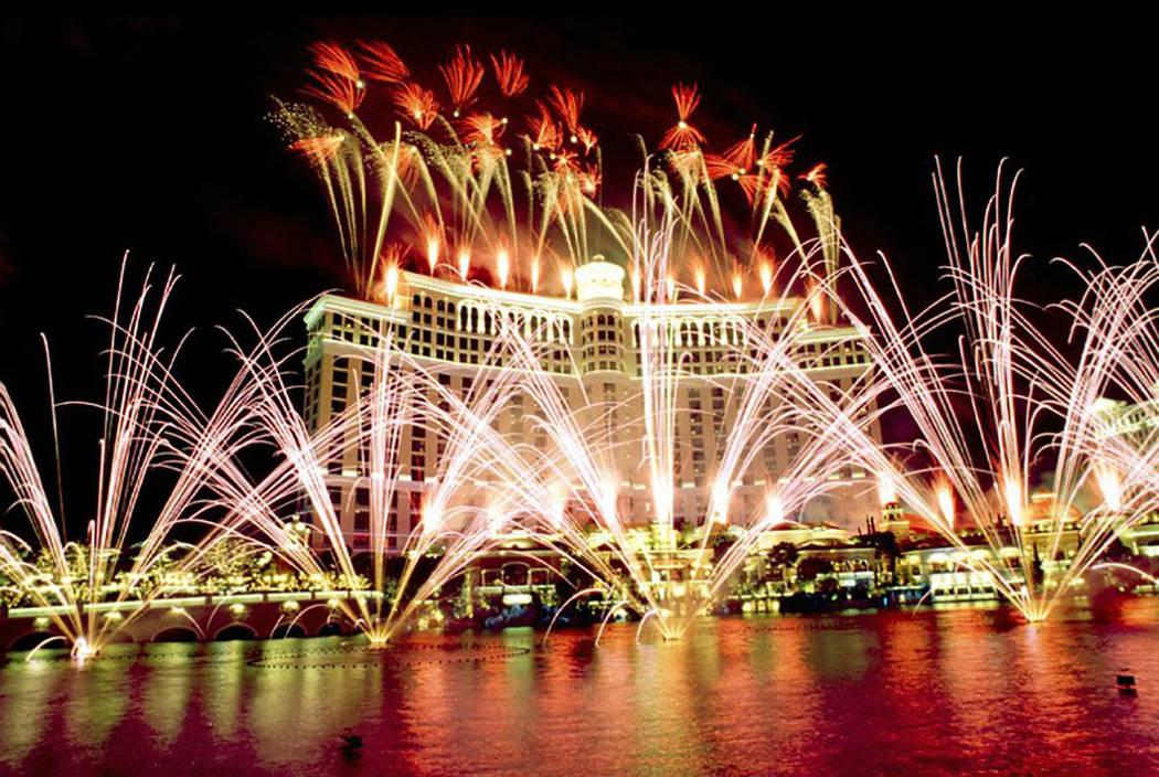 Los fuegos artificiales iluminan el cielo sobre Bellagio durante la gran inauguración del casino, el domingo 18 de octubre de 1998. (Oficina de Noticias de Las Vegas)