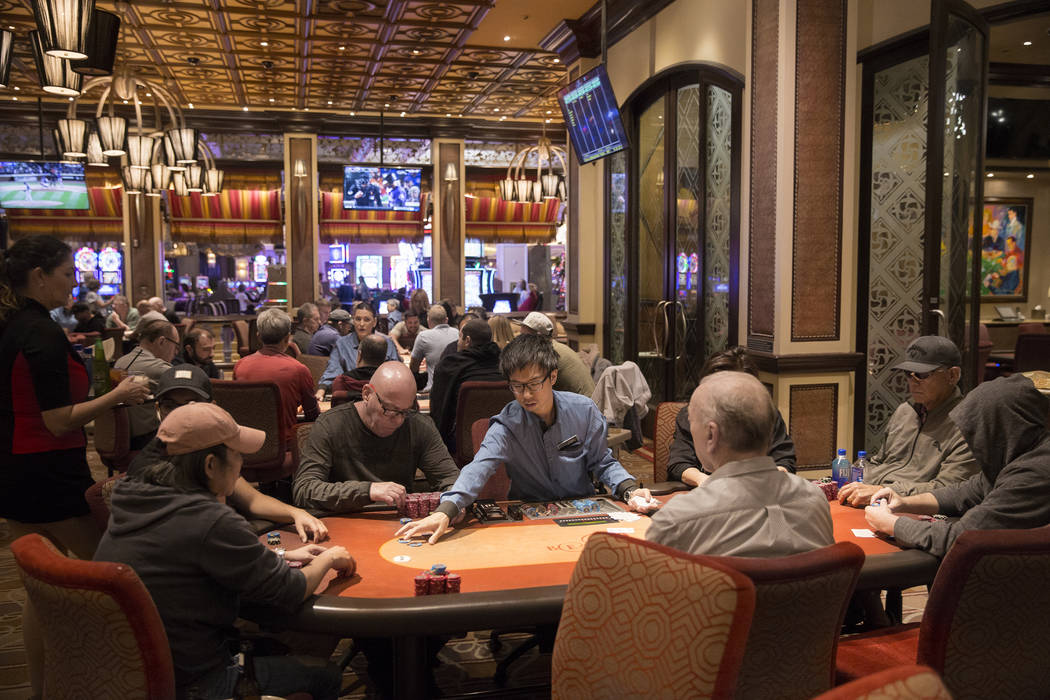 Los jugadores prueban su mano en la sala de póquer High Stakes el martes 2 de octubre de 2018, en Bellagio, en Las Vegas. Benjamin Hager Las Vegas Review-Journal @benjaminhphoto