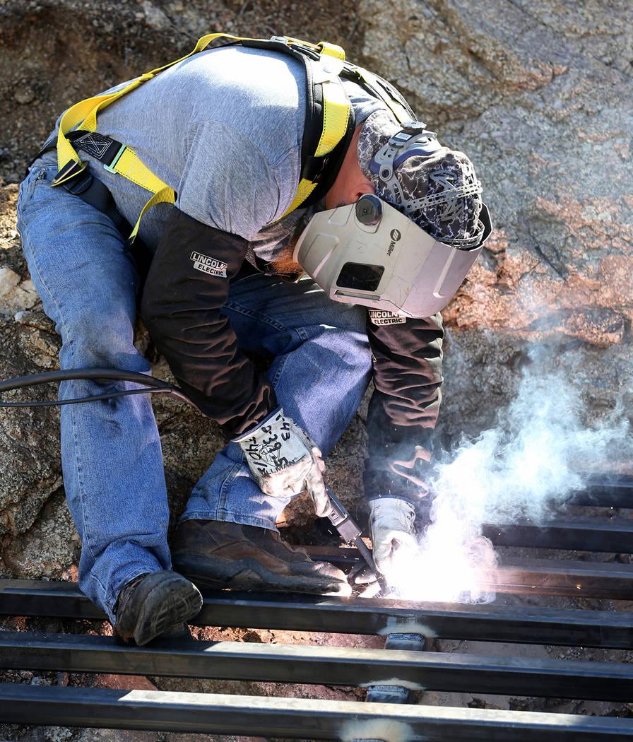 El contratista estatal James Ryan asegura el acero a través de la apertura de una mina abandonada en el Monumento Nacional Gold Butte el lunes 8 de octubre de 2018. El equipo está cerrando 42 ab ...