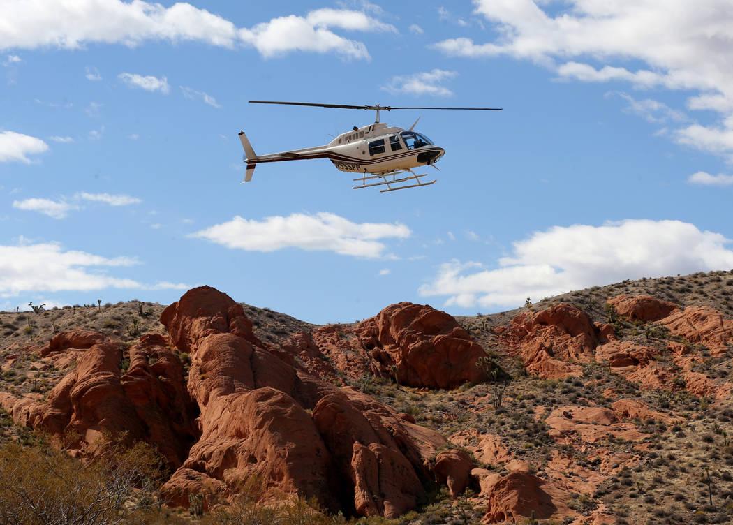 Un helicóptero se prepara para transportar a la gente al sitio de una mina abandonada en el Monumento Nacional Gold Butte el lunes 8 de octubre de 2018. El equipo está cerrando 42 aberturas de m ...
