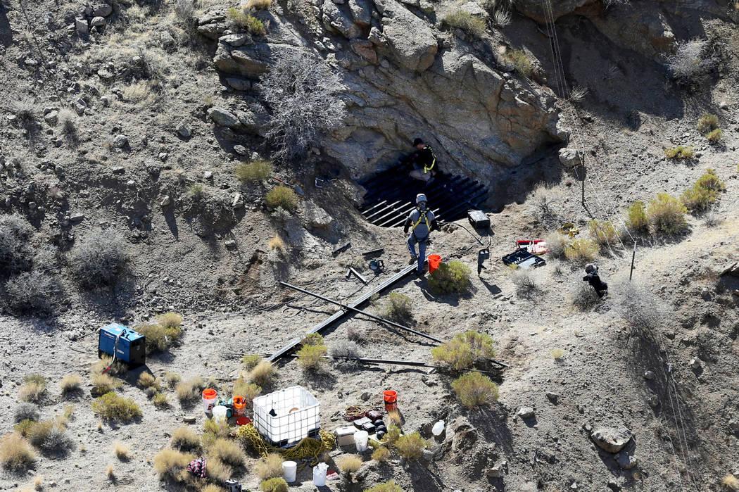 Los contratistas estatales trabajan en el sitio de una mina abandonada en el Monumento Nacional Gold Butte el lunes 8 de octubre de 2018. El equipo está cerrando 42 aberturas de minas abandonadas ...