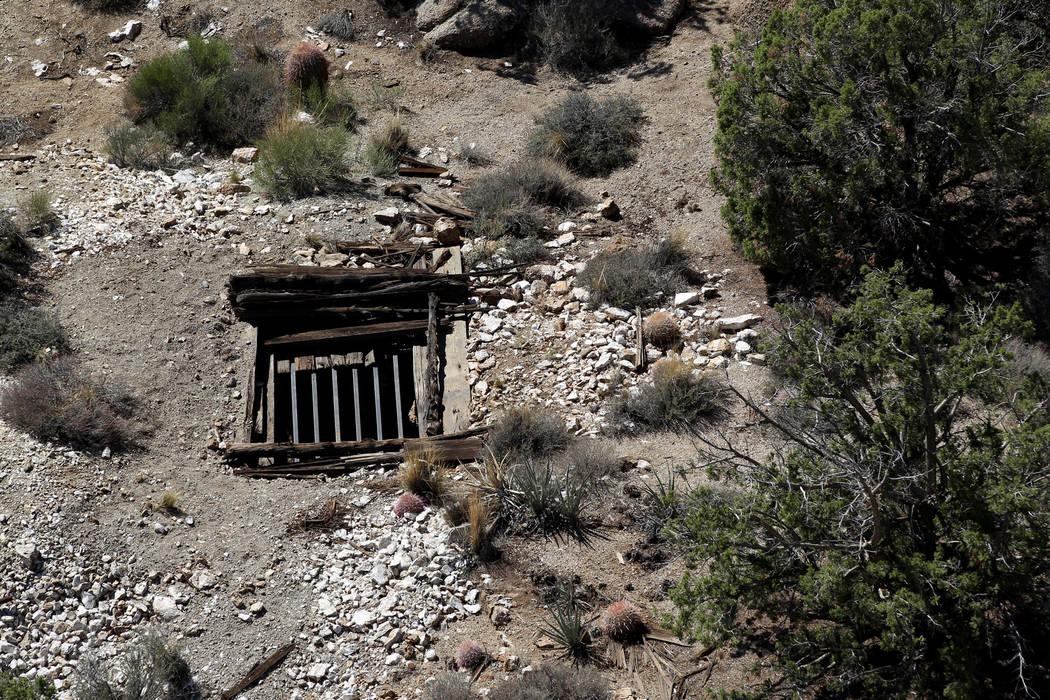 Un equipo de contratistas estatales cerró recientemente un pozo de una mina abandonada en el Monumento Nacional Gold Butte, que se muestra el lunes 8 de octubre de 2018. El equipo está cerrando ...