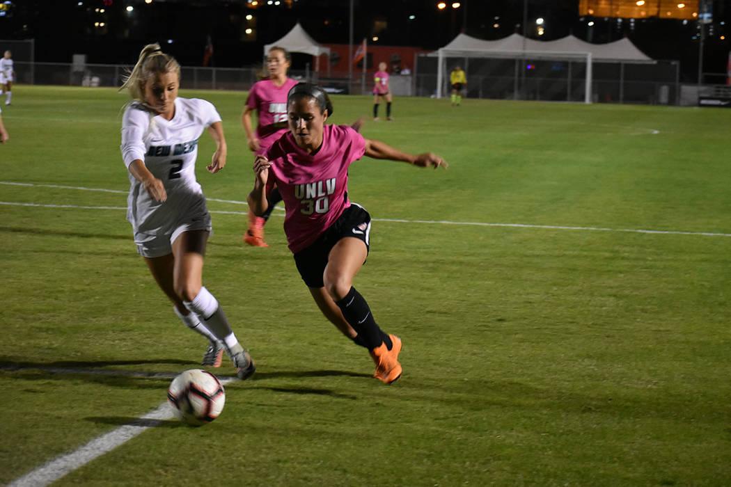 UNLV y la Universidad de Nuevo México protagonizaron un emocionante empate a tres goles dentro de la liga universitaria femenil. Viernes 12 de octubre de 2018 en campo Peter Johan. Foto Anthony A ...