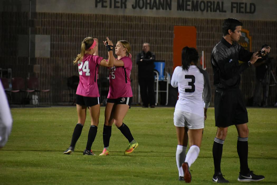 El equipo local inició el partido con: Emberly Sevilla (1), Paige Almendariz (8), Isabella Myers (5), Taylor Clark (17), Alyssa Granados (14), Georgia Kingman (12), Hannah Harrison (25), Katie Ba ...