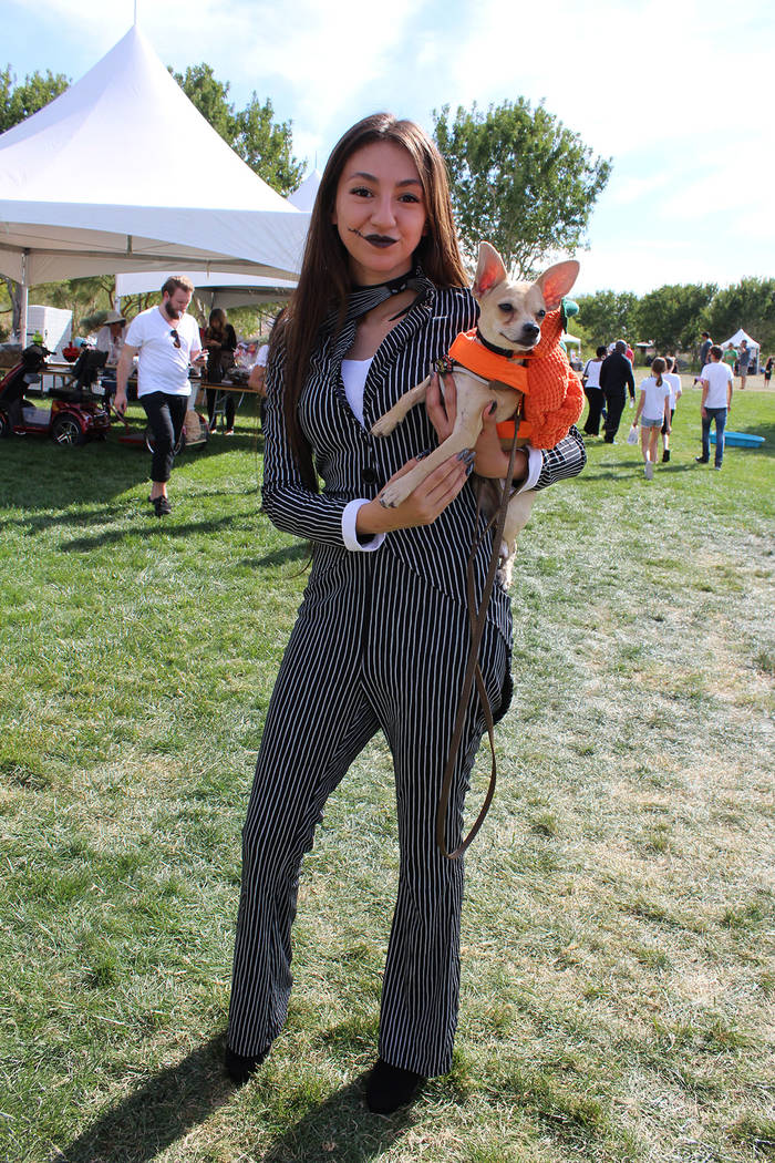 Familias completas, incluyendo a un miembro canino, asistieron a apoyar el evento que donó todo lo recaudado a refugios de animales en esta ciudad. Sábado 13 de octubre de 2018 en el parque Expl ...