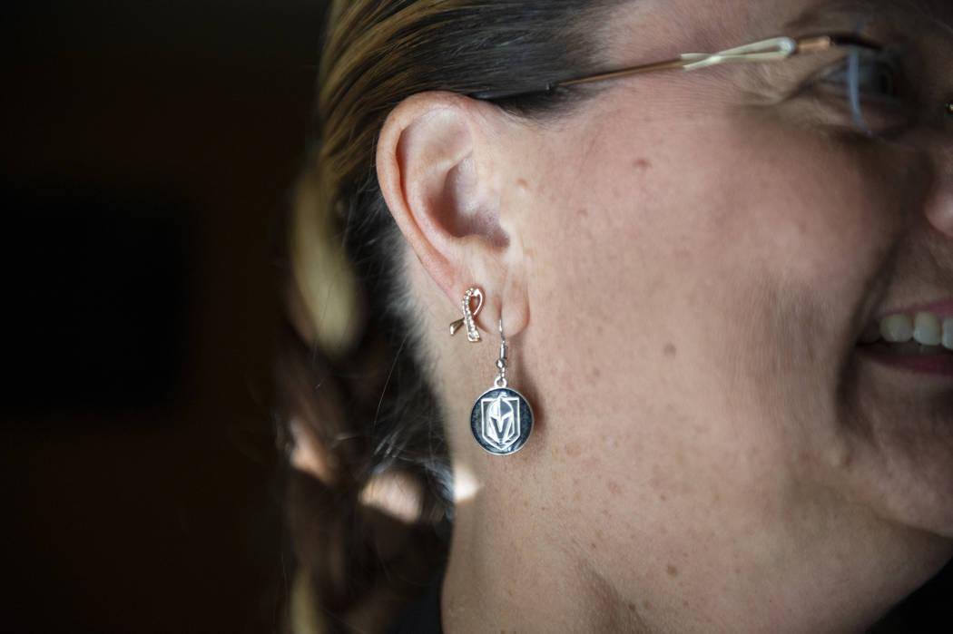 En su lucha contra el cáncer de mama metastásico en etapa 4, Kelly Trolia lleva un pendiente de cinta de cáncer de mama en Las Vegas, el miércoles 10 de octubre de 2018. Caroline Brehman / Las ...