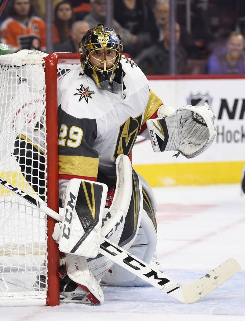 El portero Marc-André Fleury de los Golden Knights de Las Vegas (29) observa durante el segundo período de un juego de hockey de la NHL contra los Philadelphia Flyers, el sábado 13 de octubre d ...