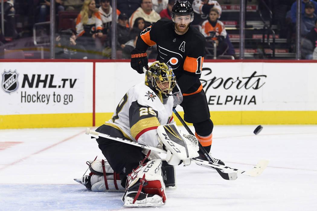 Marc-André Fleury, portero de los Golden Knights de Las Vegas, hace una salvada cuando Sean Couturier, de los Philadelphia Flyers, busca un rebote durante el segundo período de un juego de hocke ...