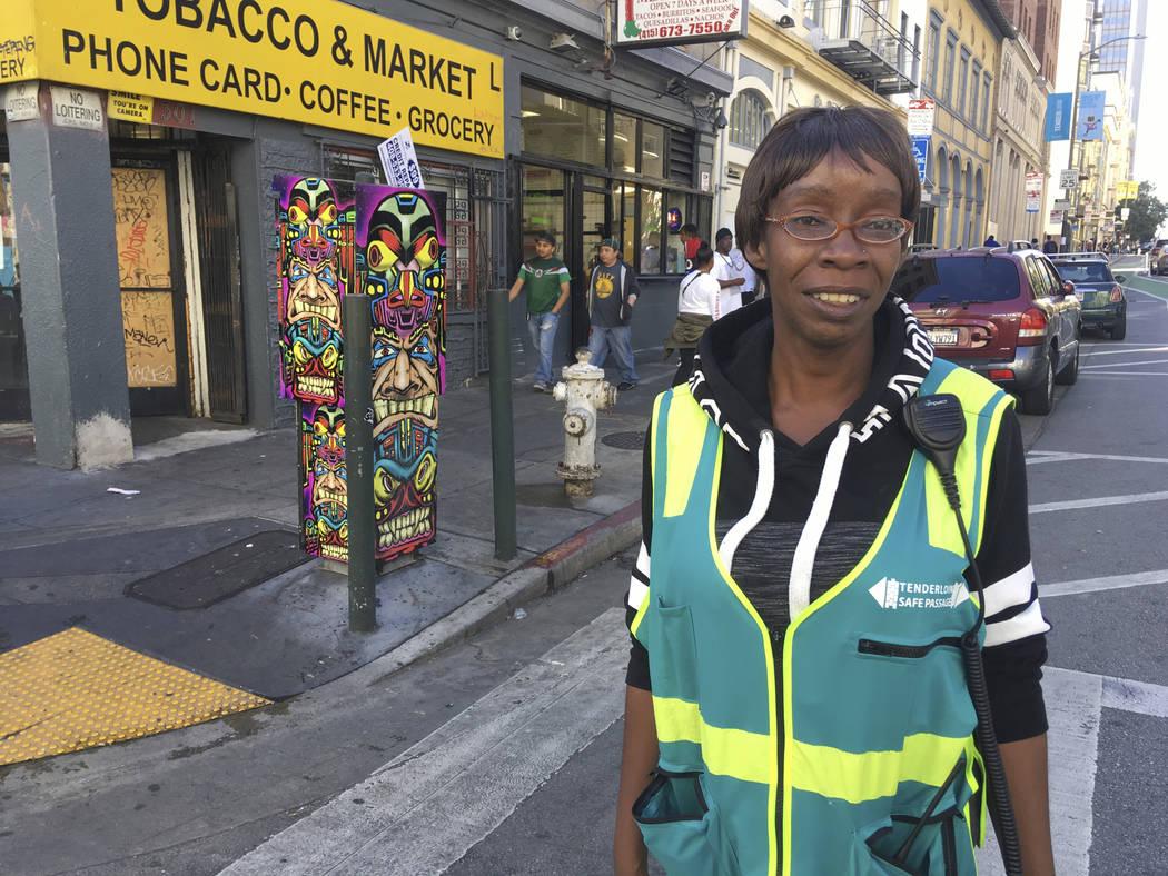 Tracey Mixon, nativa de San Francisco, se encuentra en una calle en el distrito de Tenderloin de San Francisco. Mixon, de 47 años, y su hija fueron recientemente desalojadas de su casa de dos hab ...