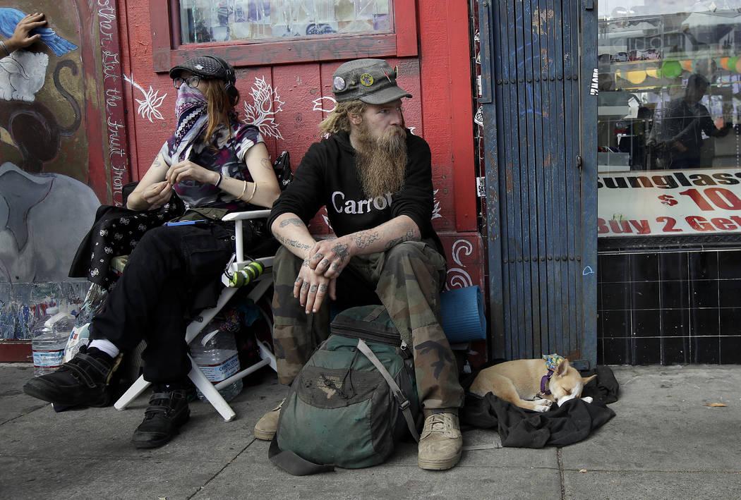 Stormy Nichole Day, a la izquierda, se sienta en una acera en la calle Haight con Nord (apellido no dado) y su perro Hobo mientras era entrevistado acerca de quedarse sin hogar en San Francisco el ...