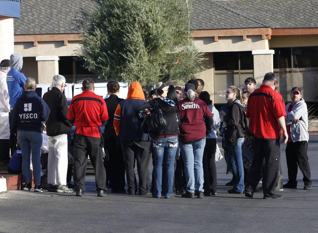 Los empleados de la tienda de comestibles de Smith observan mientras la policía de Las Vegas investiga un paquete sospechoso en el centro Paradise Marketplace en las calles Flamingo y Sandhill el ...