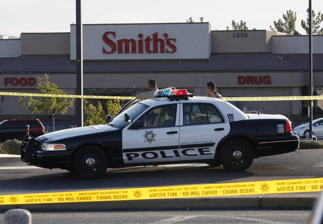 La policía de Las Vegas investiga un paquete sospechoso en el centro comercial Paradise Marketplace en Flamingo Road y Sandhill Road el martes por la mañana, 16 de octubre de 2018. (Max Michor / ...