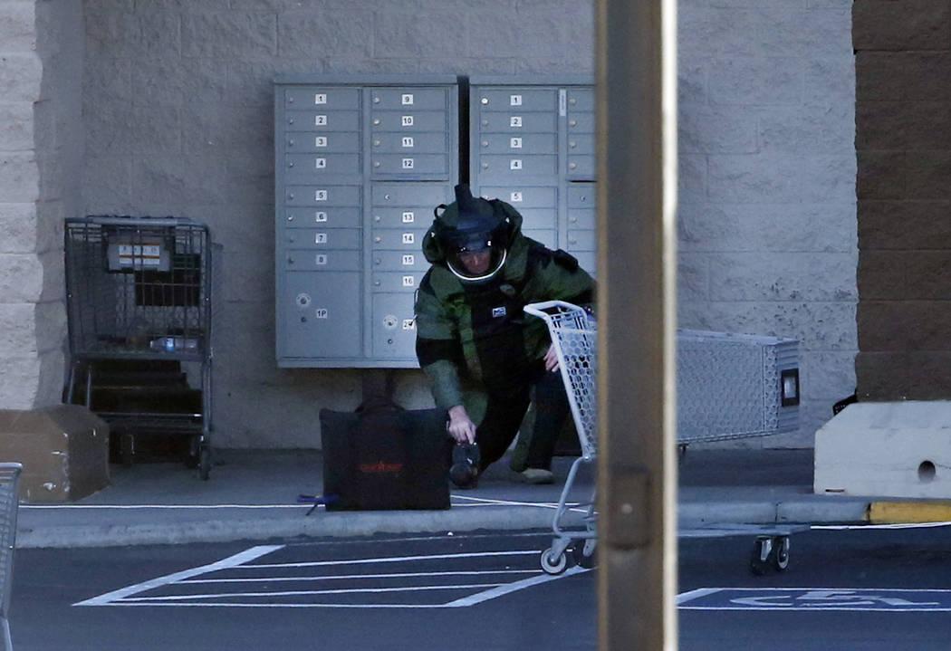 El martes, 15 de octubre de 2018, en Las Vegas, se ve a un oficial con equipo explosivo investigando buzones y una caja frente a las carreteras de Smith's en Flamingo y Sandhill. (Bizuayehu Tesfay ...