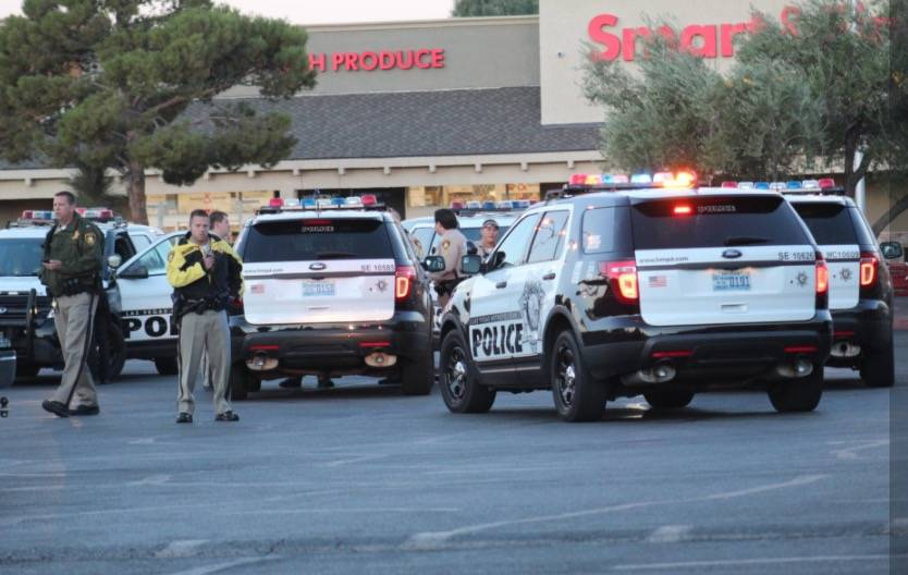 La policía de Las Vegas evacuó el centro comercial Paradise Marketplace en Flamingo Road y Sandhill Road debido a un paquete sospechoso en la mañana del martes 16 de octubre de 2018. (Max Micho ...