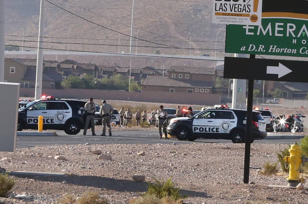 La policía de Las Vegas está investigando a un oficial involucrado en un tiroteo cerca de South Rainbow Boulevard y Gary Avenue, cerca de Blue Diamond Road, el miércoles 10 de octubre de 2018, ...