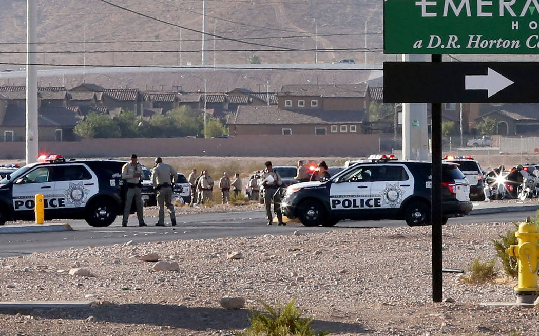 La policía de Las Vegas está investigando un tiroteo involucrado por un oficial cerca de South Rainbow Boulevard y Gary Avenue, cerca de Blue Diamond Road, el miércoles 10 de octubre de 2018, e ...