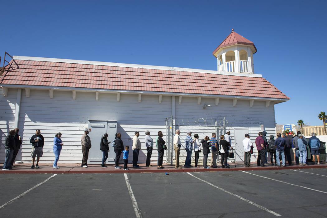 Una línea de personas se envuelve alrededor del edificio de Primm Valley Lotto Store con personas esperando para comprar los billetes de lotería de Mega Millions en Primm, el lunes 15 de octubre ...