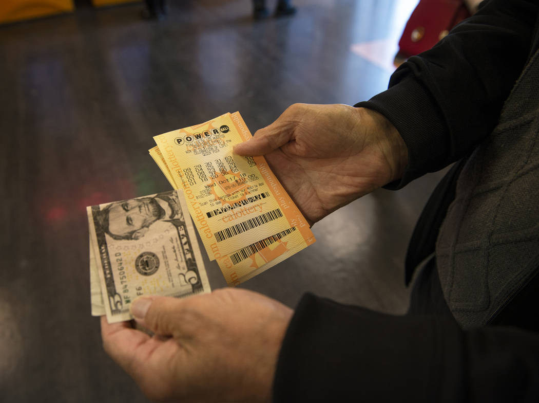 John Gamboa de Henderson muestra sus ganancias de $10 con el boleto de lotería correspondiente en la tienda Primm Valley Lotto en Primm, el lunes 15 de octubre de 2018. (Caroline Brehman / Las Ve ...