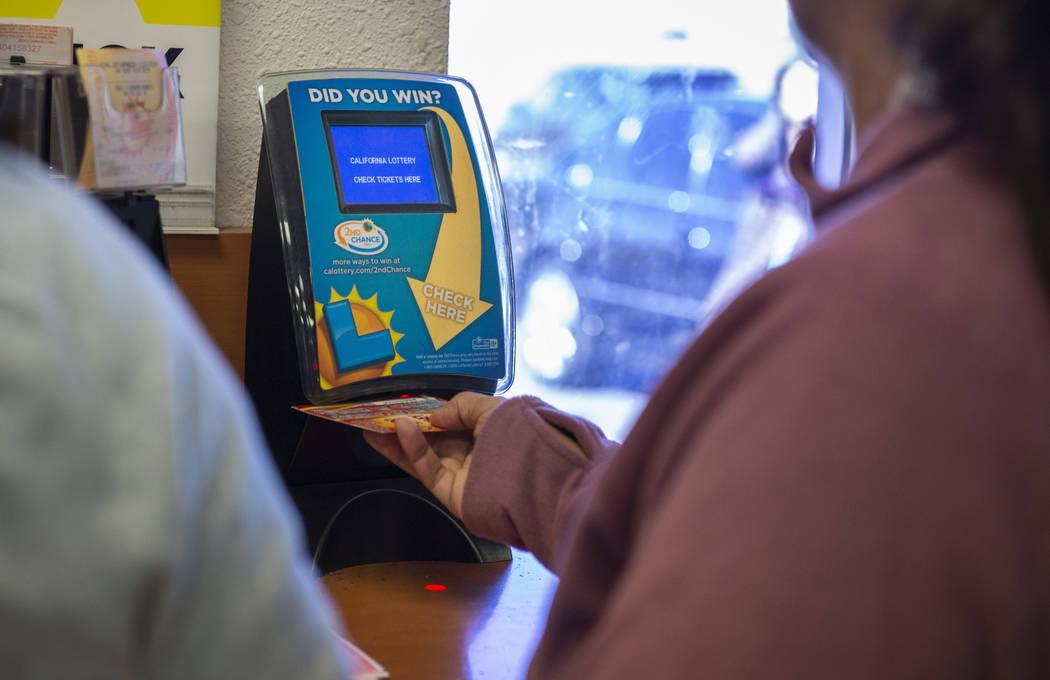 Los clientes de la tienda de lotería de Primm Valley comprueban sus boletos de lotería comprados para posibles ganancias en Primm, el lunes 15 de octubre de 2018. (Caroline Brehman / Las Vegas R ...