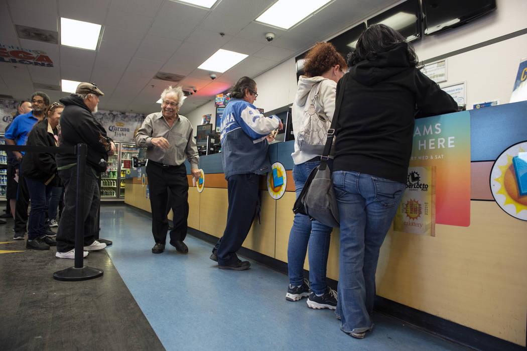 Multitudes de personas acuden a la tienda de lotería de Primm Valley para comprar boletos de lotería en Primm, el lunes 15 de octubre de 2018. El premio mayor de Mega Millions de la Lotería de ...