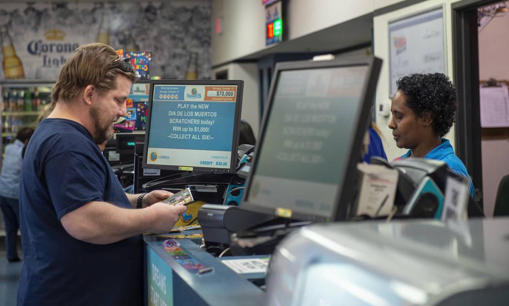 Bill Smith, de North Las Vegas, compra billetes de lotería en Primm Valley Lotto Store en Primm, el lunes 15 de octubre de 2018. El premio mayor Mega Millions de la Lotería de California son má ...