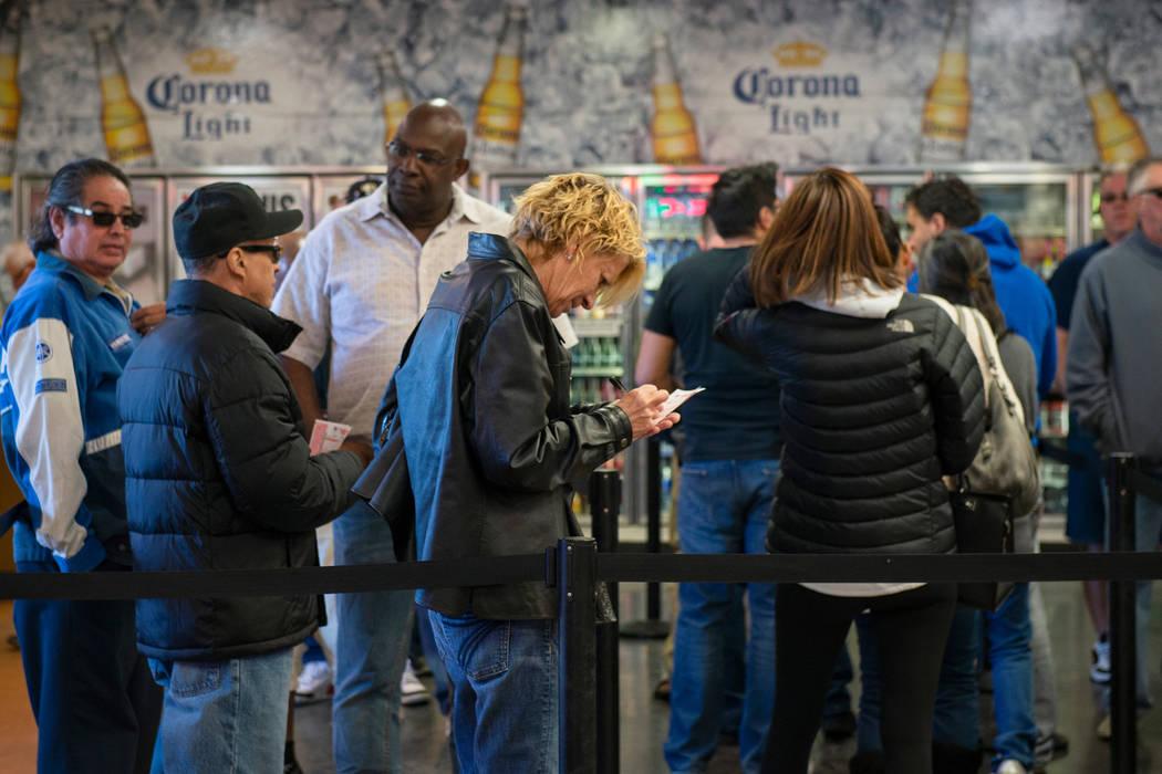 Multitudes de personas acuden a la tienda de lotería de Primm Valley para comprar billetes de lotería, el lunes 15 de octubre de 2018. (Caroline Brehman / Las Vegas Review-Journal @carolinebrehman)