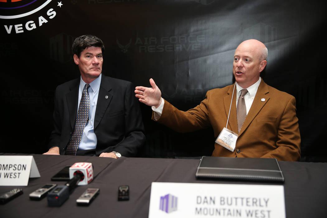El Comisionado Asociado Principal Dan Butterfly, a la derecha, con el Comisionado Craig Thompson, habla durante la Cumbre de Medios de la Conferencia Mountain West en The Cosmopolitan de Las Vegas ...
