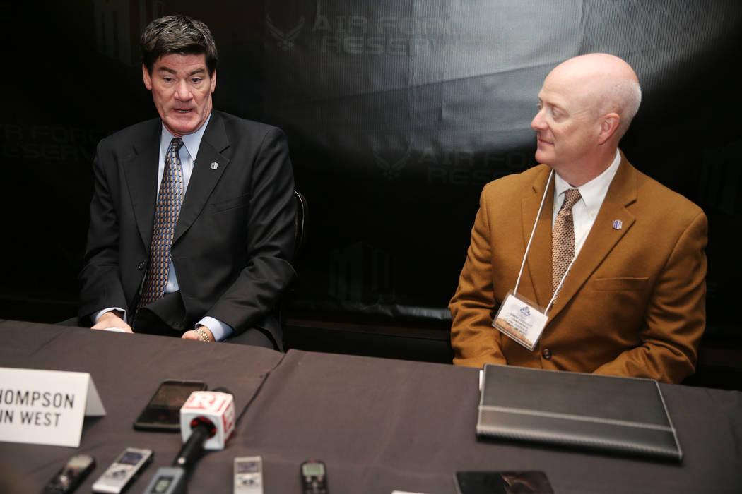 El comisionado Craig Thompson, a la izquierda, habla durante la Cumbre de Medios de la Conferencia Mountain West en The Cosmopolitan de Las Vegas, el martes 16 de octubre de 2018. (Erik Verduzco / ...