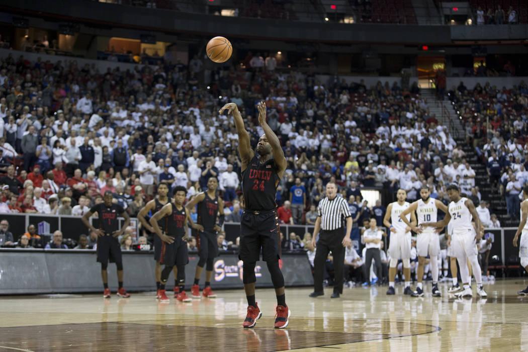 El defensa Jordan Johnson (24), dispara un tiro libre luego de una falta técnica contra el defensa Hallice Cooke (13) de los Nevada Wolf Pack en la segunda mitad del torneo de baloncesto masculin ...