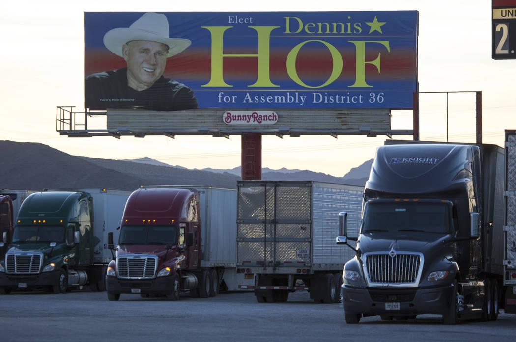 Un cartel de campaña para Dennis Hof en el estacionamiento del Area 51 Alien Center en Amargosa Valley, Nevada, a unas 90 millas al norte de Las Vegas, el viernes 6 de abril de 2018. Richard Bria ...