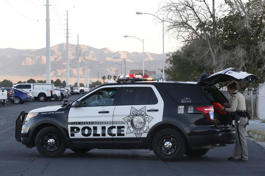 La policía y SWAT rodearon un vecindario del extremo este del valle el miércoles 17 de octubre de 2018, mientras buscaban a un sospechoso en un tiroteo el martes que llevó a la policía a una p ...