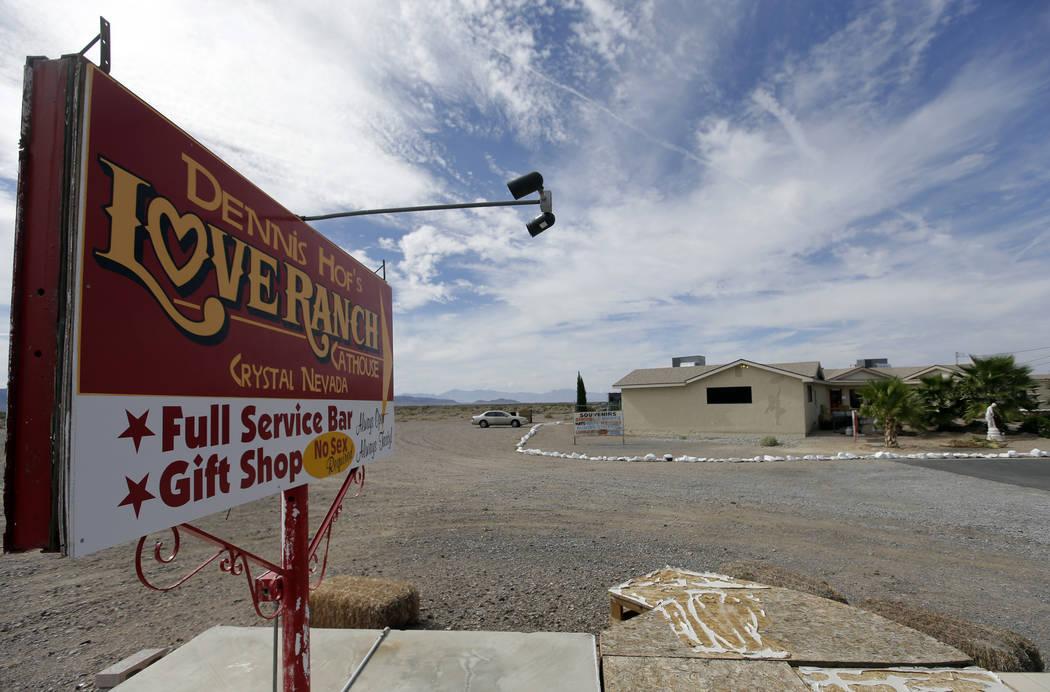 Un cartel anuncia el burdel Love Ranch en Crystal. (Chris Carlson/AP)
