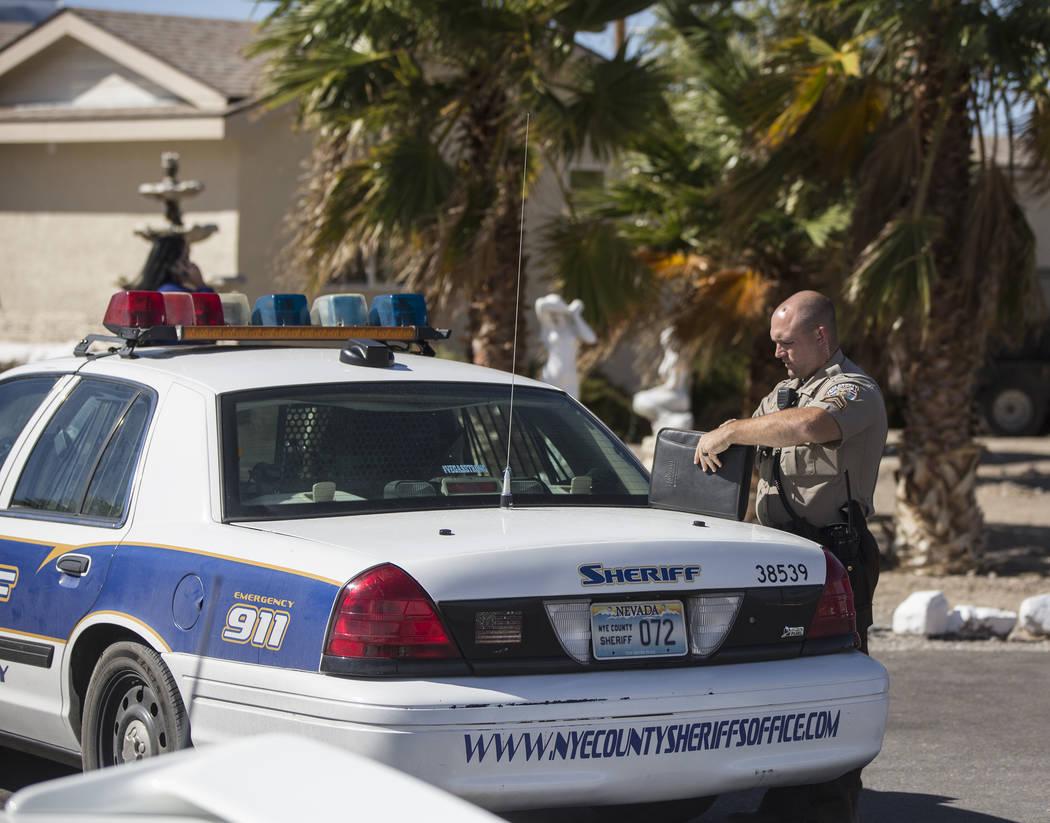 La policía del Condado de Nye investiga la escena en Dennis Hof's Love Ranch luego de que el prominente propietario del burdel fuera encontrado muerto esa mañana en Dennis Hof's Love Ranch el ma ...