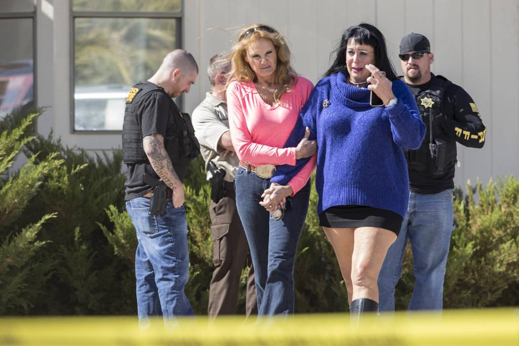 Amigos y familiares salen de la habitación del propietario del burdel Dennis Hof, supervisados por la policía del Condado de Nye, luego de que Hof fue encontrado muerto esa mañana en el Love Ra ...