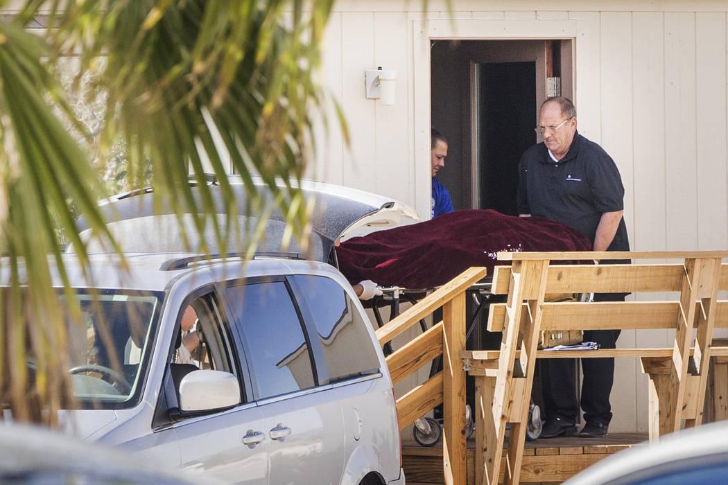 Dennis Hof, propietario de burdeles y candidato republicano a la asamblea estatal, es sacado de su habitación por el personal de las fuerzas del orden del Condado de Nye después de ser encontrad ...