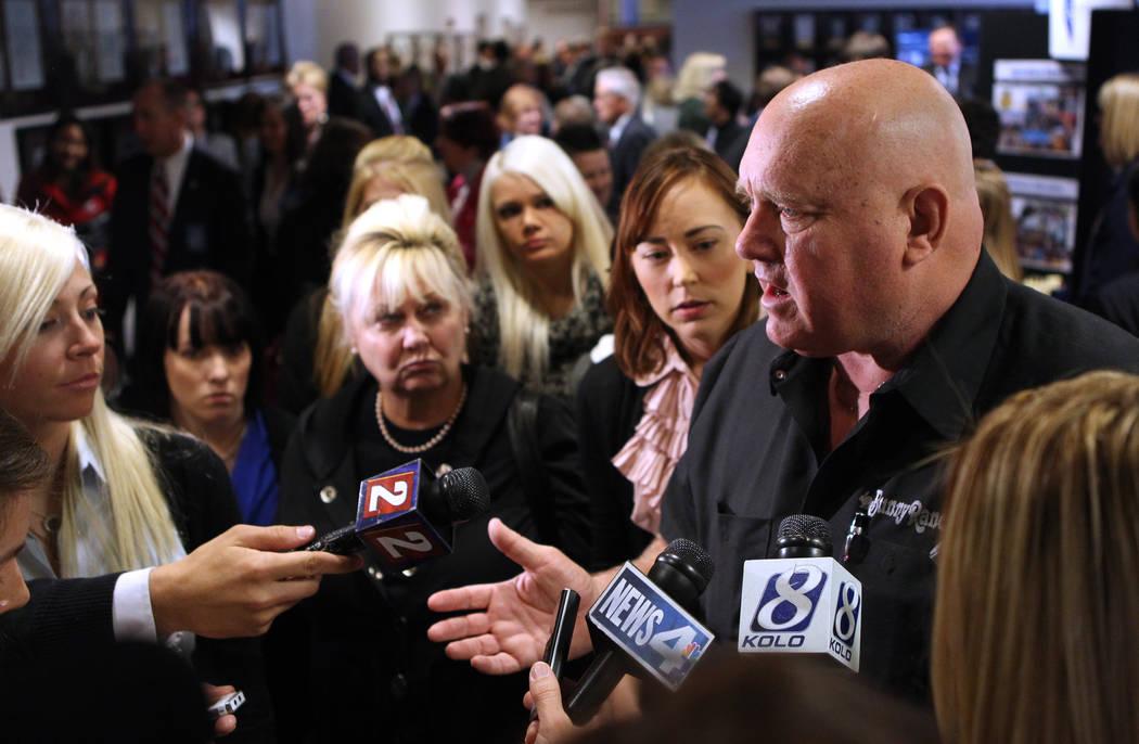 Dennis Hof responde a preguntas de los medios de comunicación el martes 22 de febrero de 2011 en la Legislatura de Carson City, Nevada, luego de un discurso del líder de la mayoría del Senado d ...