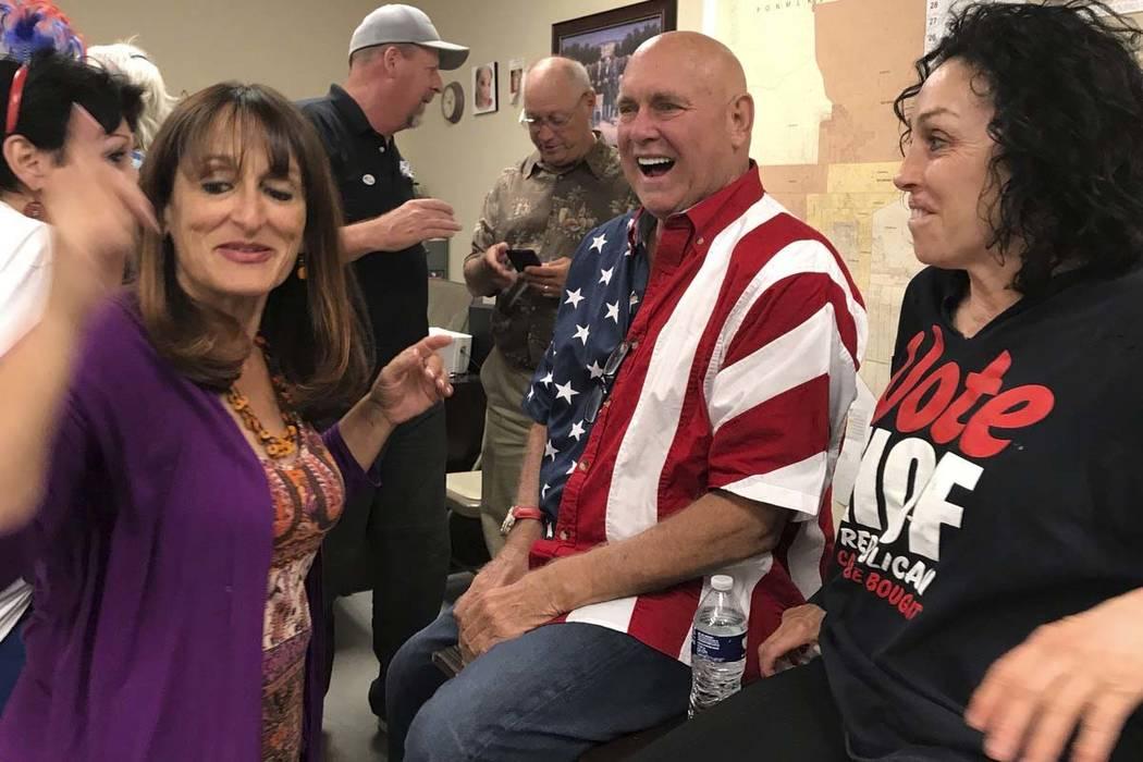 El propietario de burdeles de Nevada, Dennis Hof, segundo a la derecha, celebra en Pahrump el martes después de ganar la elección primaria. Hof, el propietario de media docena de burdeles legale ...