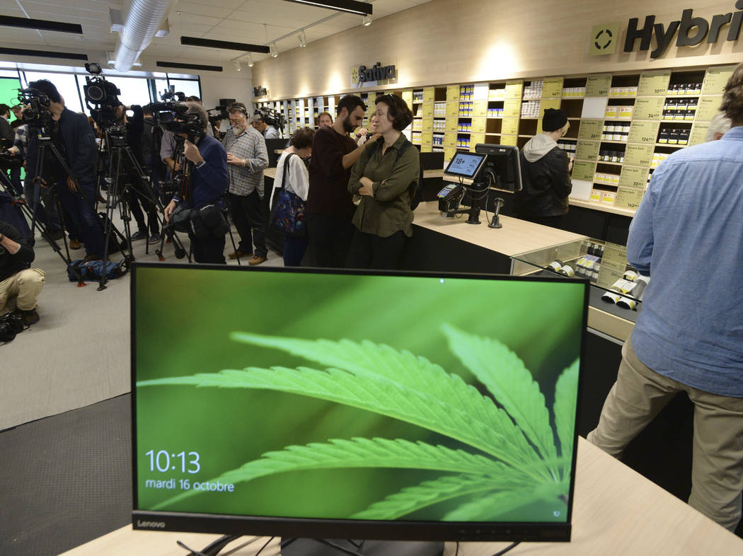 Los miembros de los medios de comunicación asisten a una vista previa de una de las nuevas tiendas de cannabis de Québec en Montreal, el martes 1 de octubre, 2018. Canadá se convertirá en el s ...