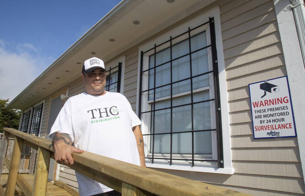 ARCHIVO: en esta foto de archivo del 4 de octubre de 2018, Thomas Clarke posa para una foto fuera de su tienda de cannabis, THC Distribution, en Portugal Cove-St. Philip's, Terranova y Labrador. E ...